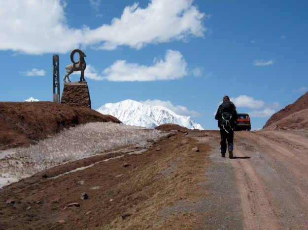 At the top of Kyzyl-Art Pass. Sjoerd walks towards the stopped Lada.